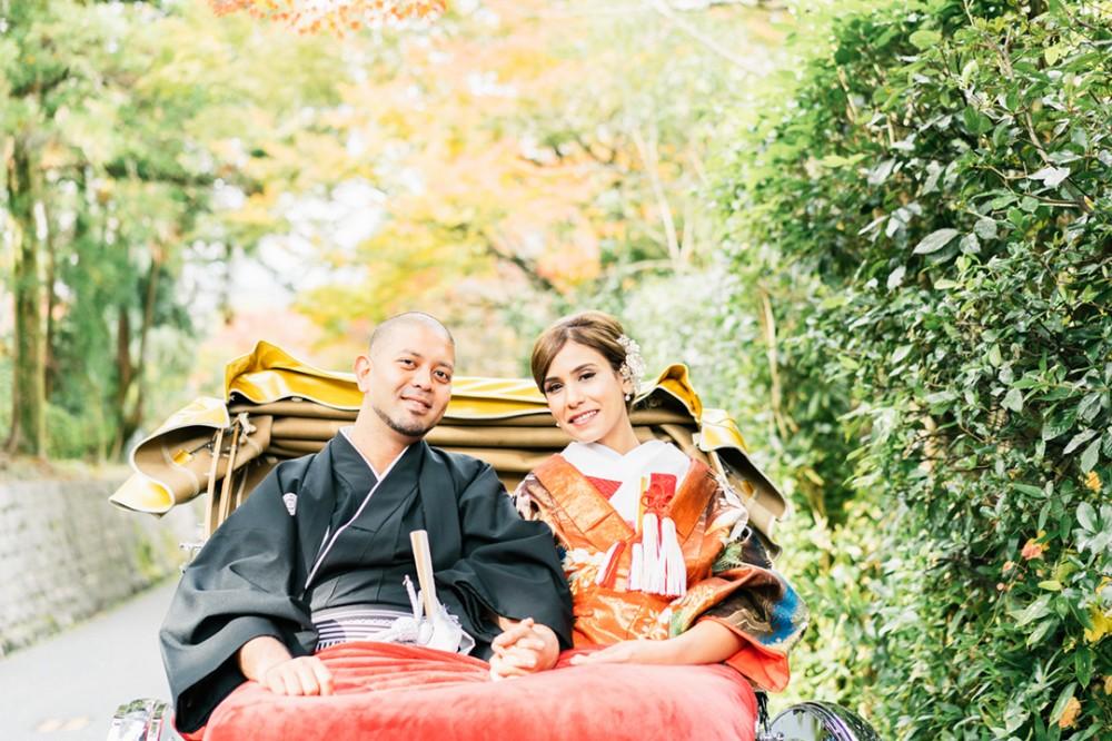 紅葉シーズンの婚礼用人力車