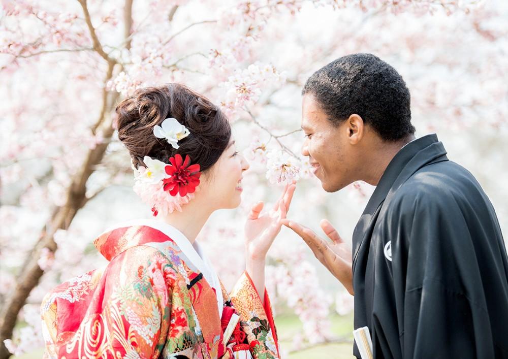和装と桜のツーショット