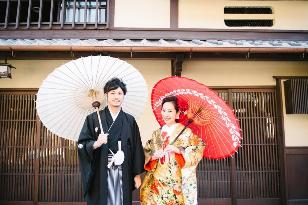 八坂の塔方面で前撮り、和傘で写真撮影