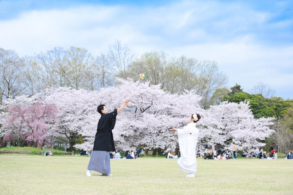 紙風船と桜と芝生と新郎新婦