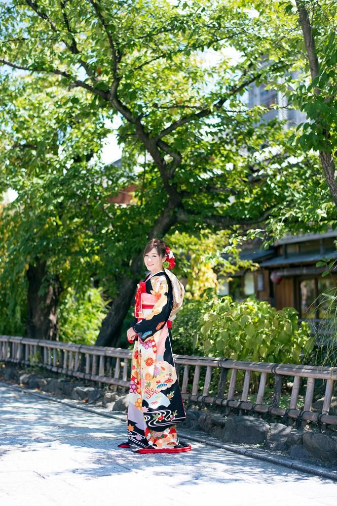 祇園で前撮り、黒引き振袖を着用
