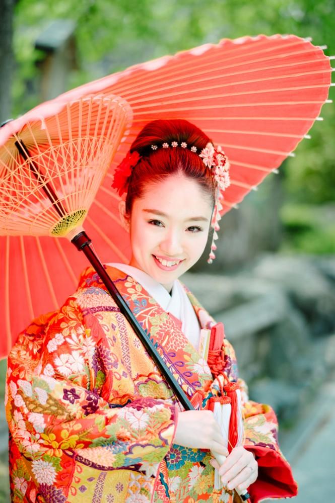 新婦様の和装の傘を持ったソロショット