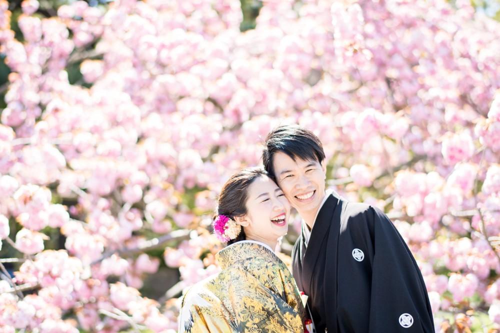 八重桜と新郎新婦