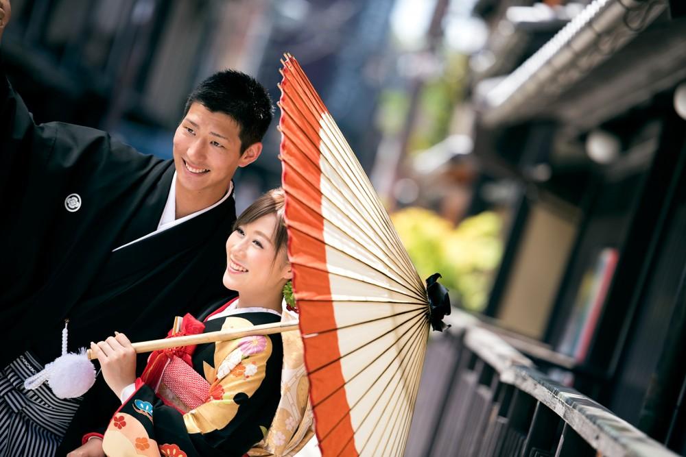 和傘をひろげて、和装撮影。