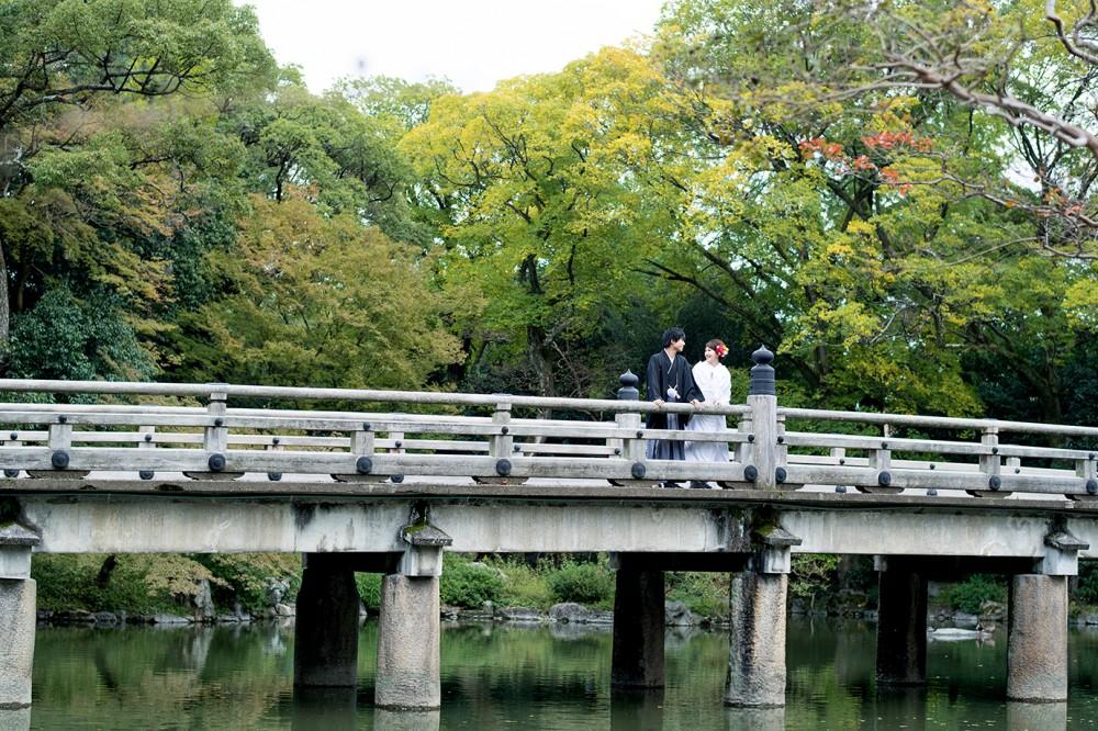 大きな橋の上で会話するカップル