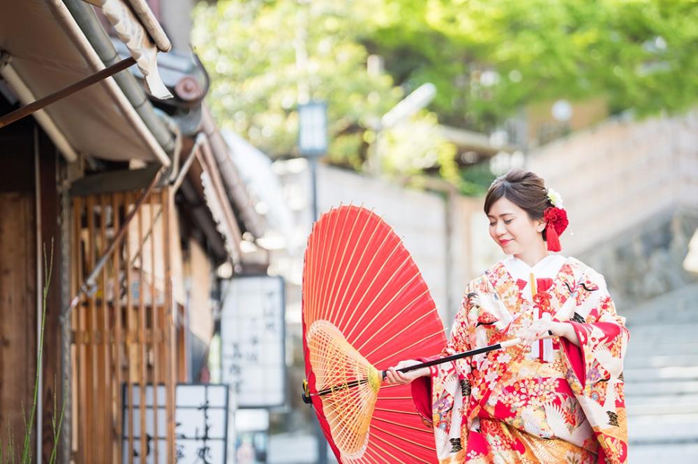 和傘を持つ和装の新婦様