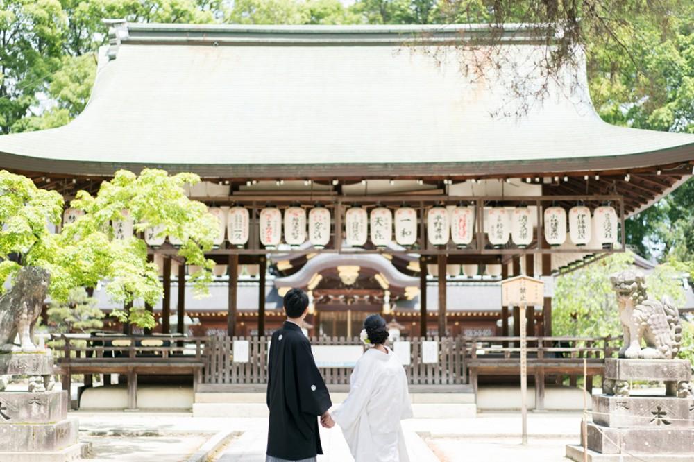 京都は神社での後ろ姿ショット
