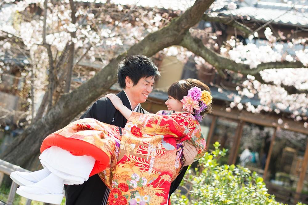 お姫様抱っこ。桜をバックに