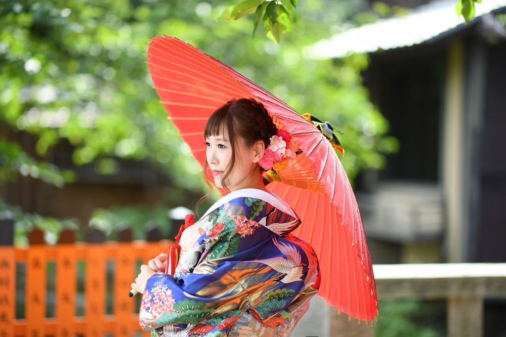 和傘を持った美しい花嫁さん