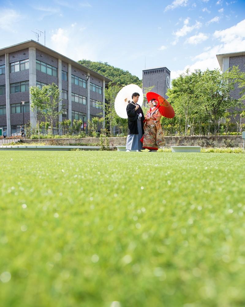 大学で和装前撮り、芝生の上で。