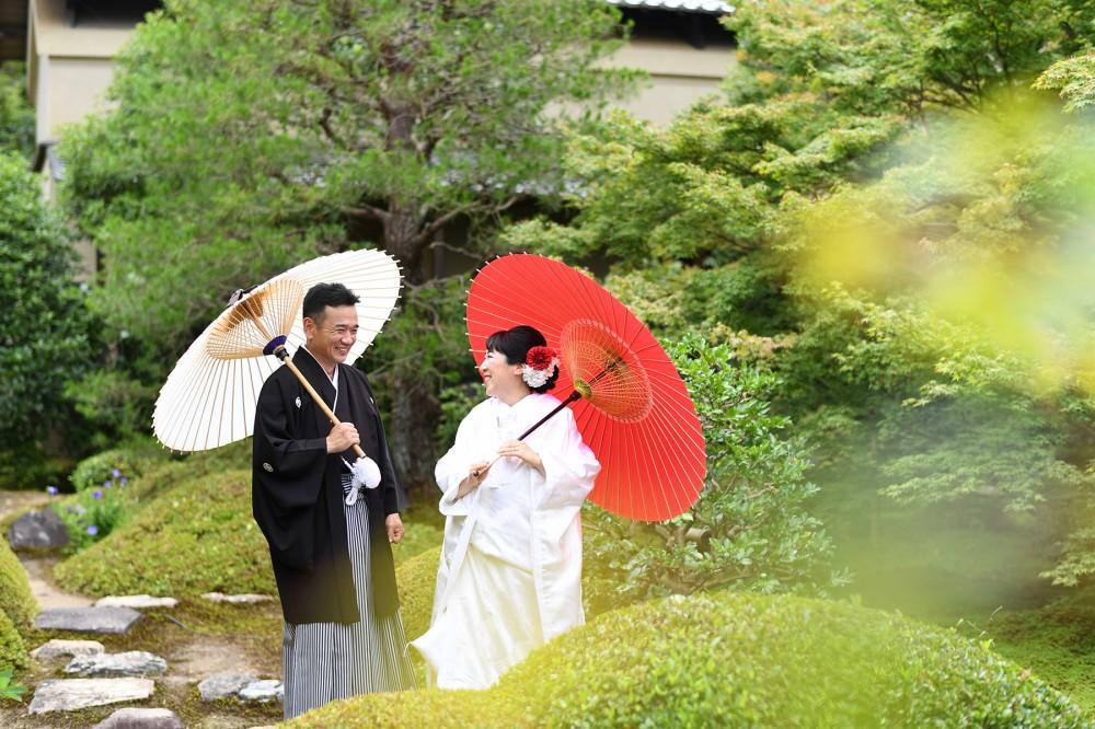 和傘を持って、白無垢と紋付姿。