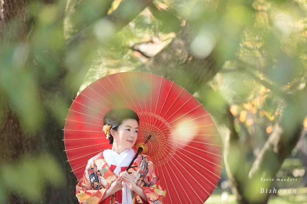 和傘をさす新婦