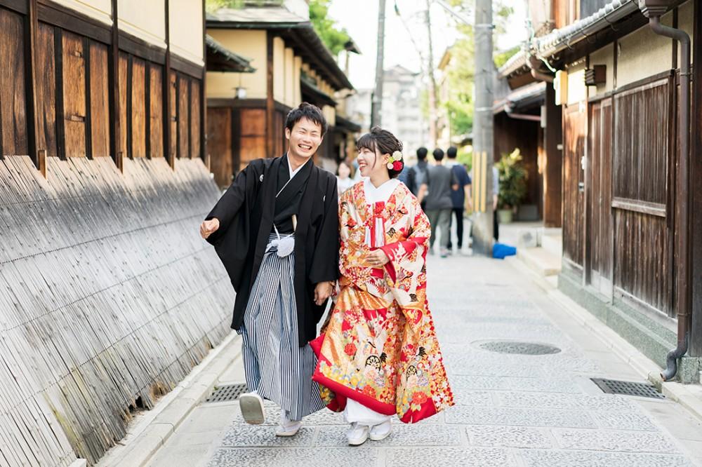 楽しそうに歩く和装の前撮り写真