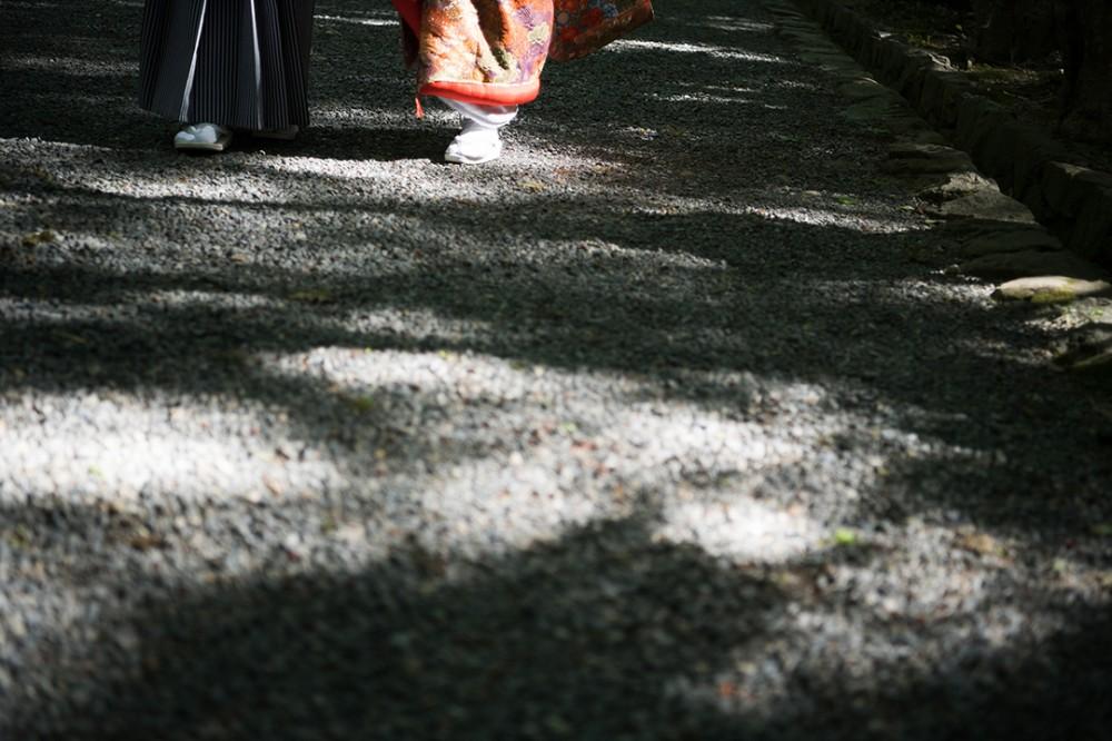 光と影の和装の足元ショット