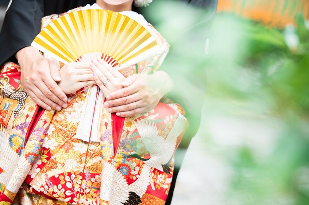 和装の花嫁衣装の扇子