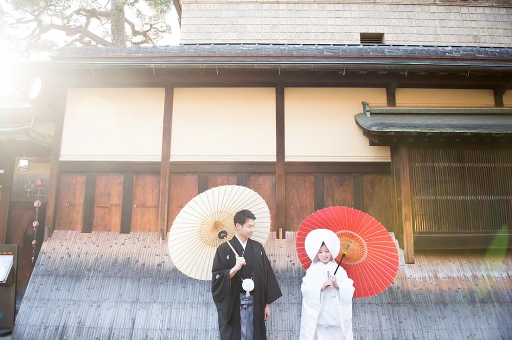 白無垢で綿帽子スタイル。和傘をもった新郎新婦様。