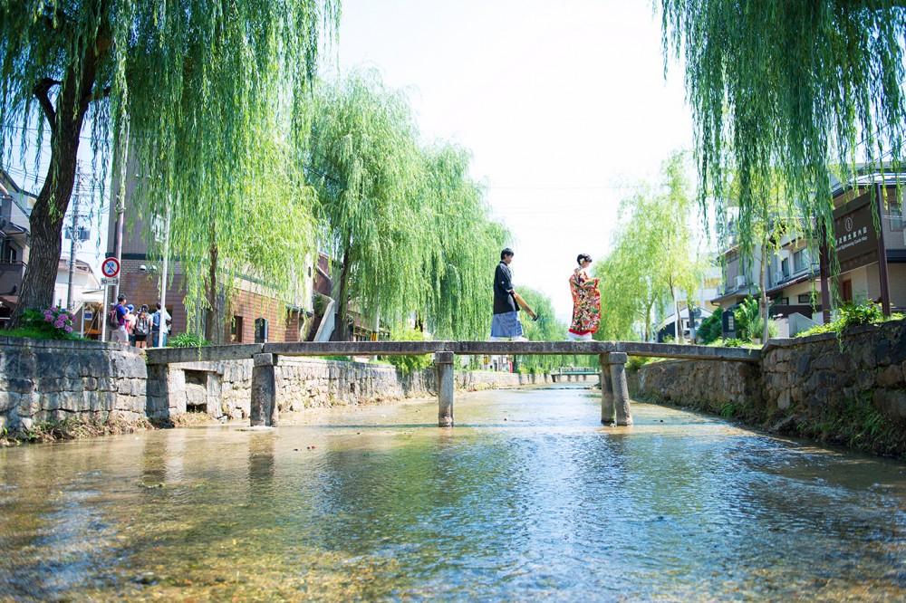 東山白川の一本橋で撮影